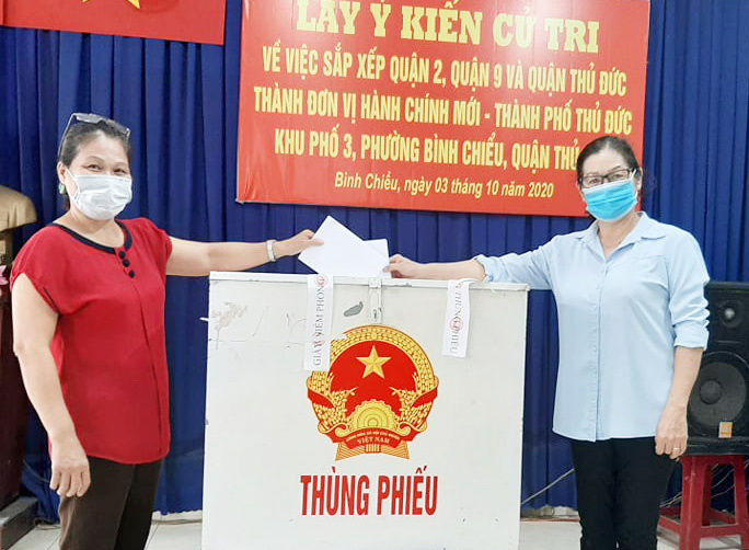 Residents in Binh Chieu Ward, Thu Duc District, Ho Chi Minh City cast their votes on the merger of District 2, District 9, and Thu Duc District. Photo: D.N.Ha / Tuoi Tre
