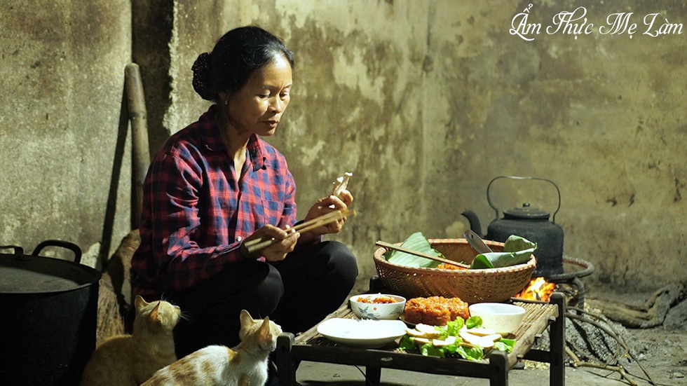 A scene from a video on the YouTube channel 'Am Thuc Me Lam'