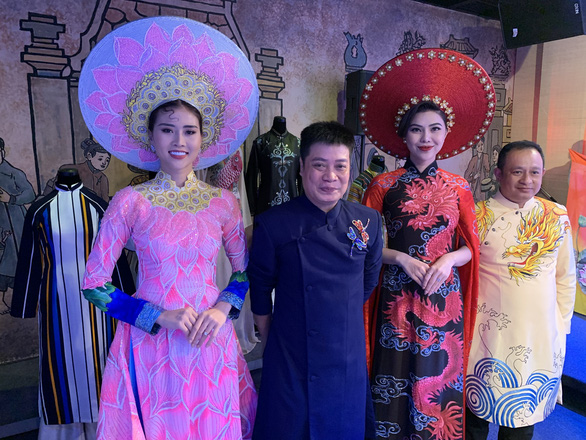 Two designers pose for a photo with models donning ao dai at the event to announce the 7th Ho Chi Minh City Ao Dai Festival on October 8, 2020. Photo: Phuong Nam/ Tuoi Tre