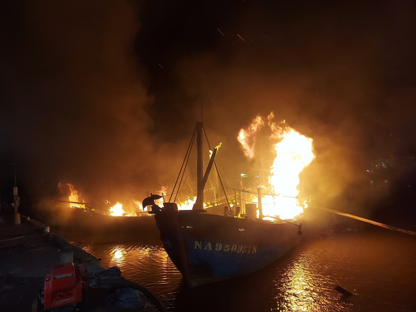 Several fishing boats are on fire at Lach Quen fishing port, located in Quynh Luu District in Nghe An Province, Vietnam, October 9, 2020. Photo: Ngoc Tuan / Tuoi Tre