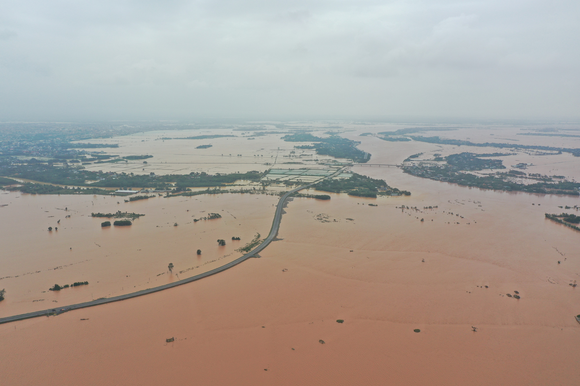 Flooding occurs in Thach Han River in Quang Tri Province, Vietnam, October 10, 2020. Photo: Truong Trung / Tuoi Tre