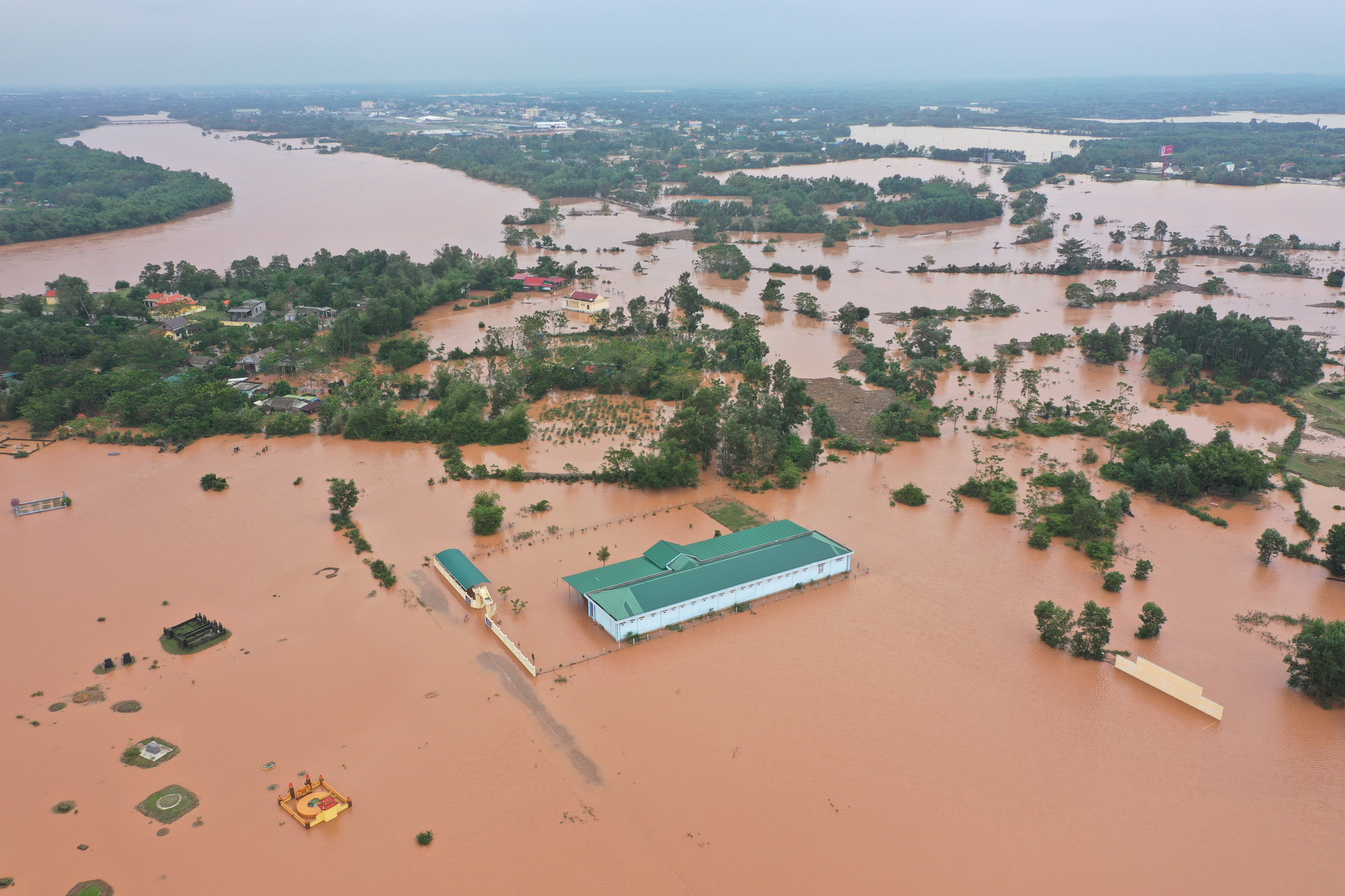 Serious inundation occurs in Tra Lien Tay Village in Quang Tri Province, Vietnam, October 10, 2020. Photo: Truong Trung / Tuoi Tre