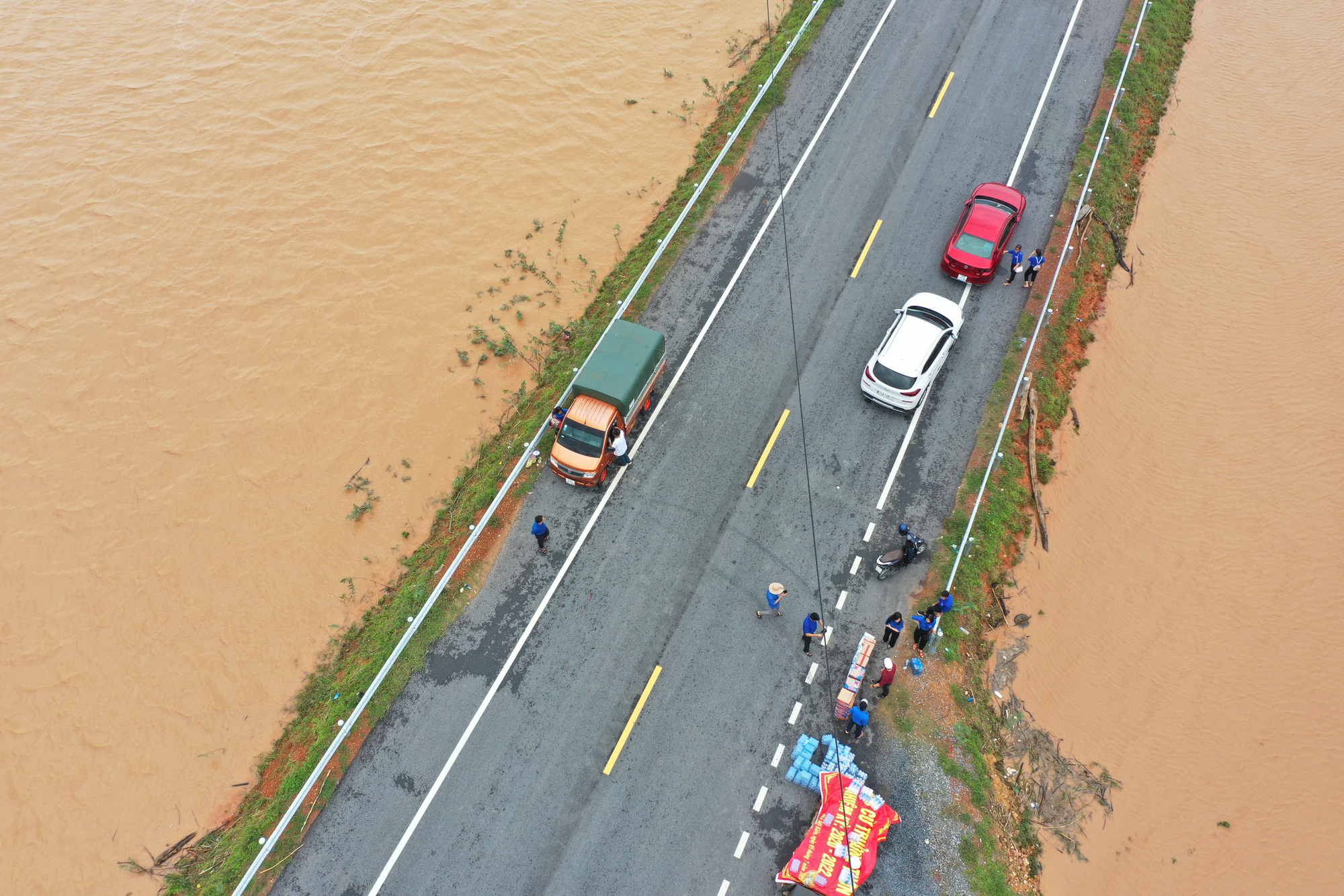 Supplies are brought to Trieu Phong District in Quang Tri Province, Vietnam to assist residents in flooded areas. Photo: Truong Trung / Tuoi Tre