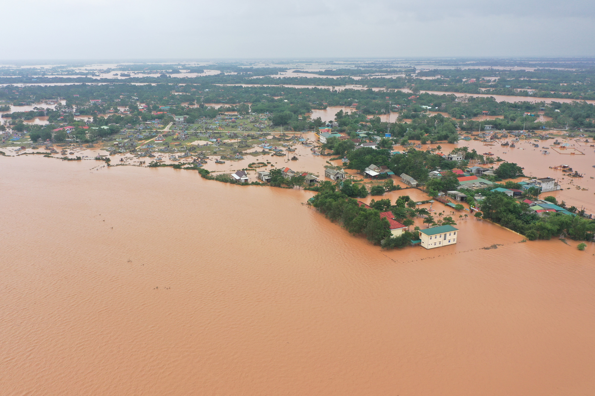 Many areas are isolated due to serious flooding in Quang Tri Province, Vietnam, October 10, 2020. Photo: Truong Trung / Tuoi Tre