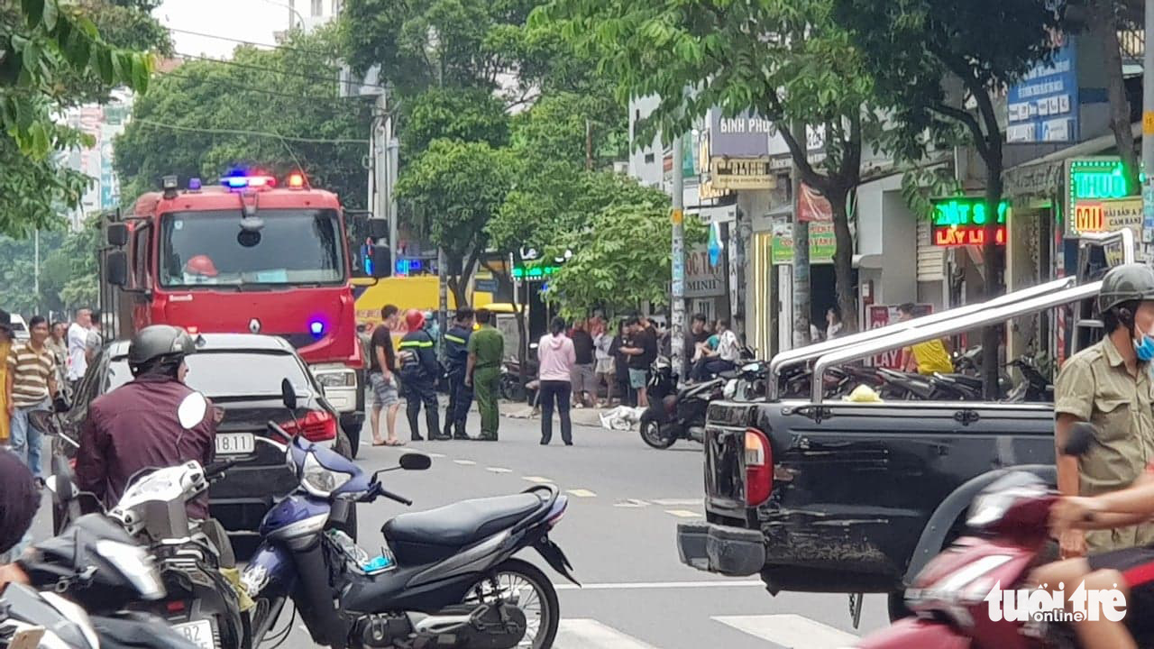 Police arrive at a Techcombank branch in Tan Phu District, Ho Chi Minh City following the robbery on October 10, 2020. Photo: Ngoc Khai / Tuoi Tre