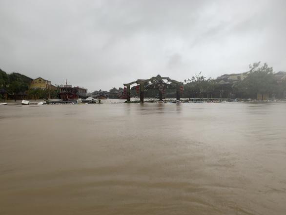 An Hoi Bridge is seen sinking in this photo taken on Sunday. Photo: B.D. / Tuoi Tre