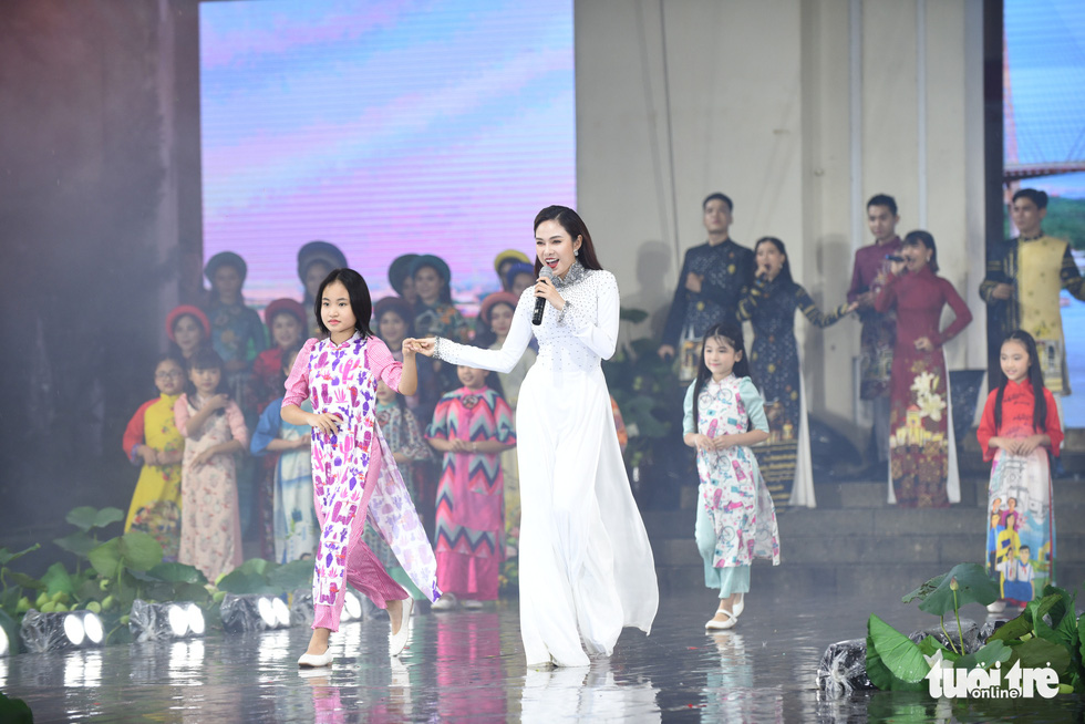 Artists donning 'ao dai' perform at the opening night of the 7th Ho Chi Minh City Ao Dai Festival on October 11, 2020. Photo: Duyen Phan / Tuoi Tre