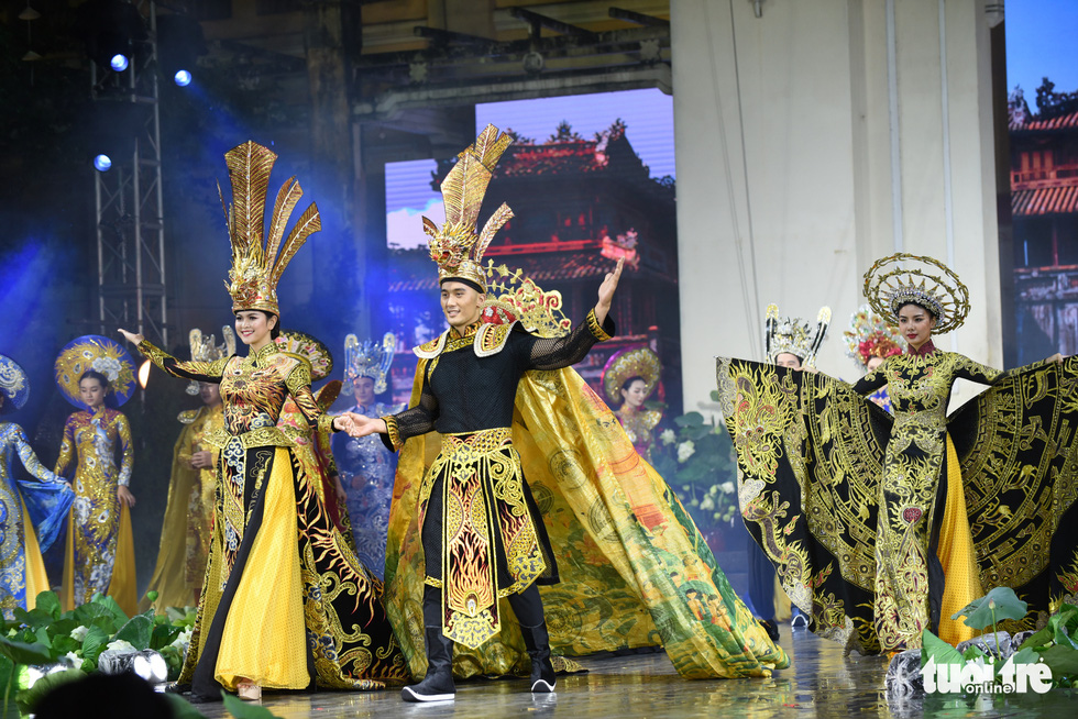 Artists don 'ao dai' at the opening night of the 7th Ho Chi Minh City Ao Dai Festival on October 11, 2020. Photo: Duyen Phan / Tuoi Tre