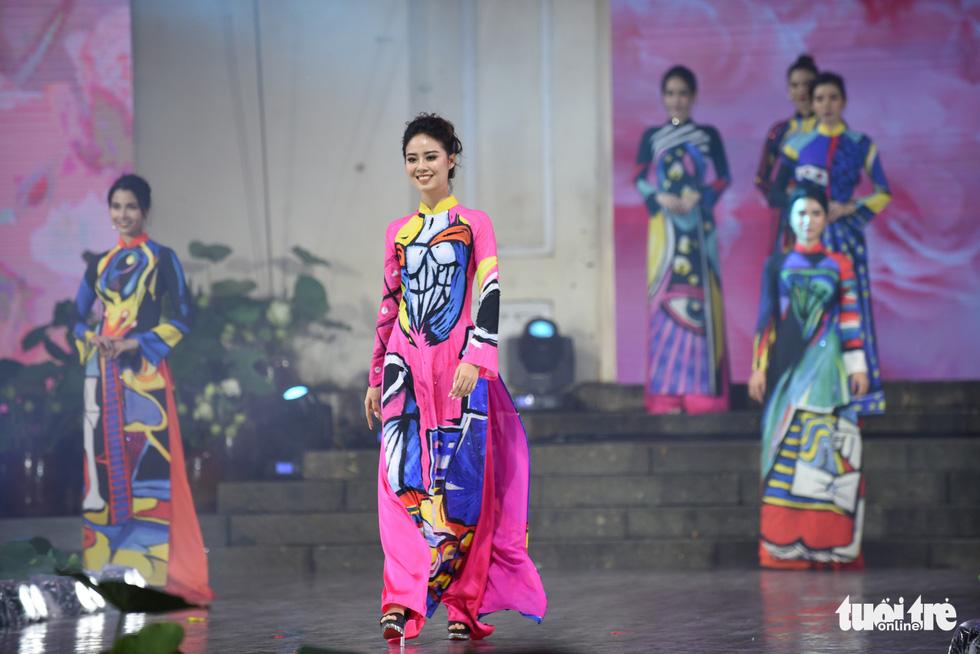 Models don 'ao dai' at the opening night of the 7th Ho Chi Minh City Ao Dai Festival on October 11, 2020. Photo: Duyen Phan / Tuoi Tre