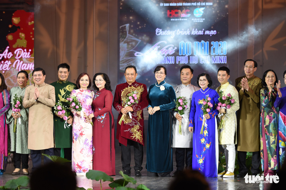Municipal leaders give flowers to designers at the opening night of the 7th Ho Chi Minh City Ao Dai Festival on October 11, 2020. Photo: Duyen Phan / Tuoi Tre