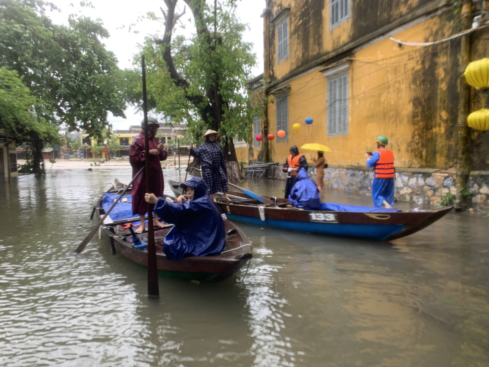 Residents of Hoi An City take tourists around the ancient town, which has been flooded due to torrential rains, on a boat in this photo taken in Hoi An City, Quang Nam Province on October 12, 2020. Photo: B.D. / Tuoi Tre
