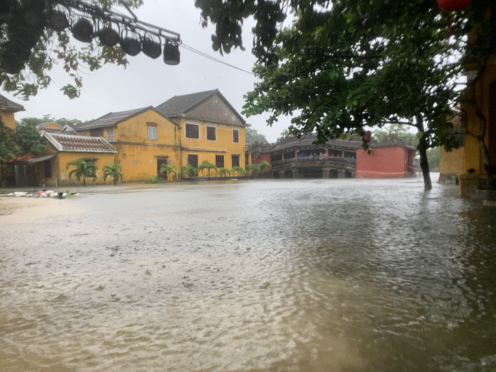 The public square near the Hoai River is submerged in floodwater in Hoi An City, Quang Nam Province on October 12, 2020. Photo: B.D. / Tuoi Tre