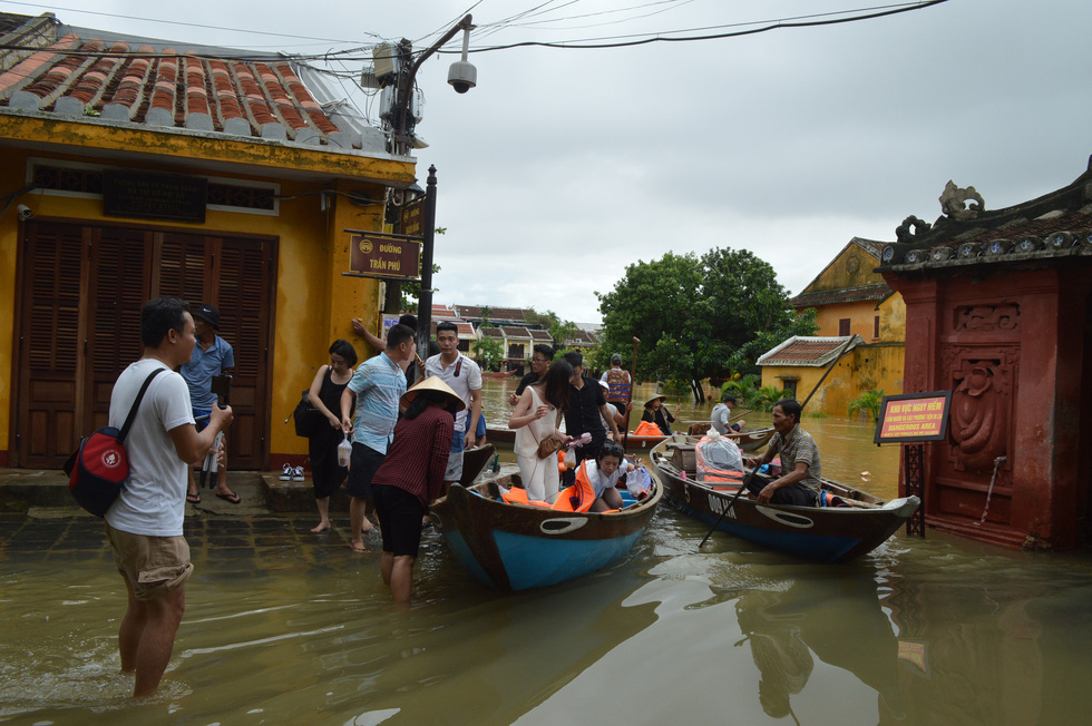 Tourists get on a boat to tour Hoi An City, which has been flooded due to torrential rains, Quang Nam Province on October 12, 2020. Photo: B.D. / Tuoi Tre