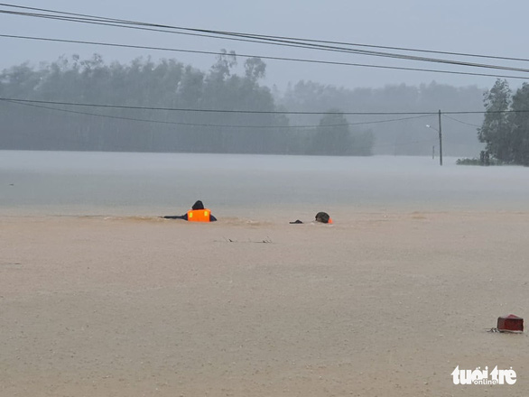 Rescuers dive into floodwater to search for the victim in this photo taken in Thua Thien – Hue Province on October 12. Photo: Phuoc Tuan / Tuoi Tre