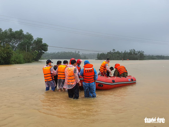 Rescue team of Thua Thien – Hue Province prepares to search for the victim in this photo taken on October 12. Photo: Phuoc Tuan / Tuoi Tre