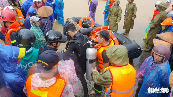 A diver (middle) prepares to search for the victim in this photo taken in Thua Thien – Hue on October 12. Photo: Phuoc Tuan / Tuoi Tre