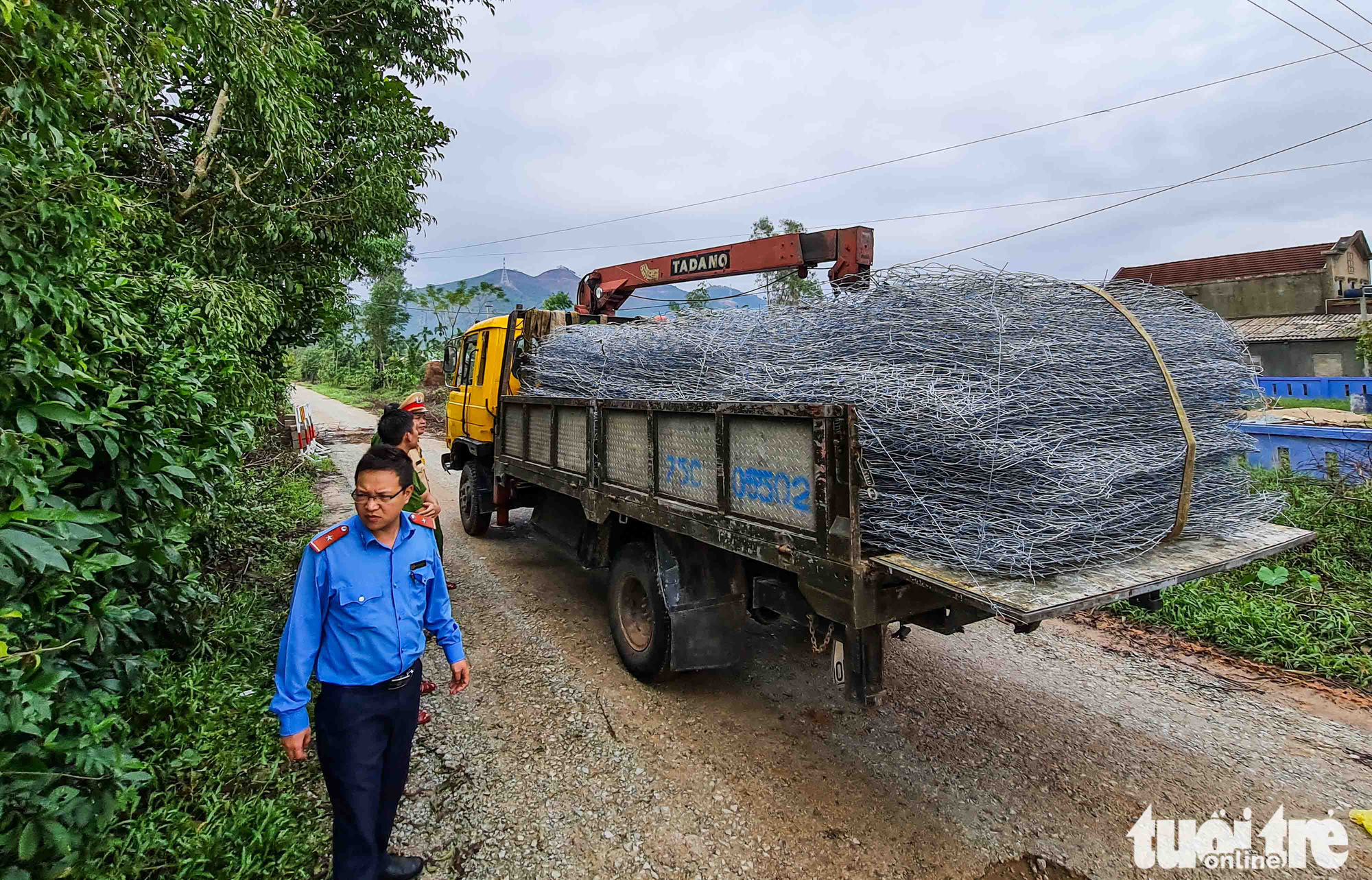 Wire mesh is transported to Rao Trang 3 hydropower plant to assist search and rescue efforts, October 14, 2020. Photo: Nguyen Khanh / Tuoi Tre