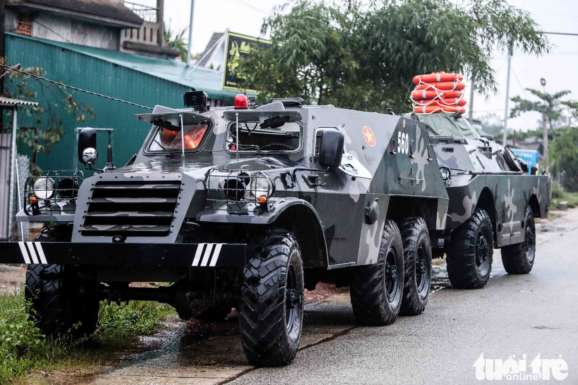 Armored vehicles are dispatched to Rao Trang 3 hydropower plant to assist search and rescue efforts, October 14, 2020. Photo: Nguyen Khanh / Tuoi Tre