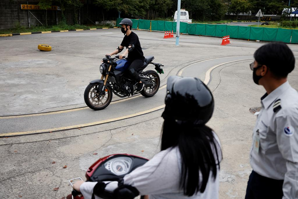You Young-sik, who wants to be a dispatch rider, takes motorbike training sessions amid the coronavirus disease (COVID-19) pandemic in Seoul, South Korea, September 17, 2020. Photo: Reuters