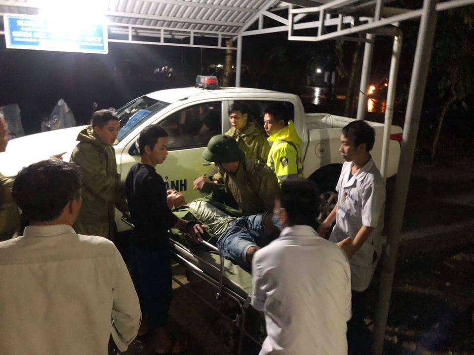 Workers from Rao Trang 3 hydropower plant who were injured after the landslide on October 11 are brought to the hospital in Huong Tra Town, Thua Thien-Hue Province on October 13, 2020. Photo: Tuoi Tre Contributor