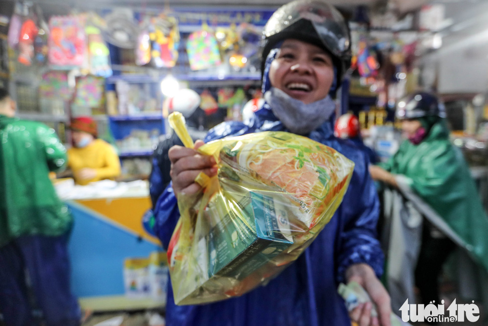 A woman buys food at a grocery store in Quang Dien District, Thua Thien-Hue Province on October 16, 2020. Photo: Nguyen Khanh / Tuoi Tre