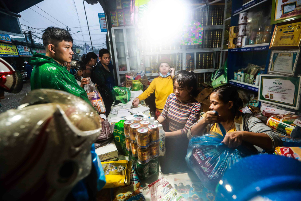People buy food and supplies at a grocery store in Quang Dien District, Thua Thien-Hue Province on October 16, 2020. Photo: Nguyen Khanh / Tuoi Tre