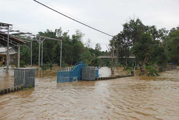 Many houses in the Vinh Phuong quarter of Quang Tri Province, central Vietnam, by the Thach Han River were flooded by torrential rains. Photo: Truong Trung / Tuoi Tre