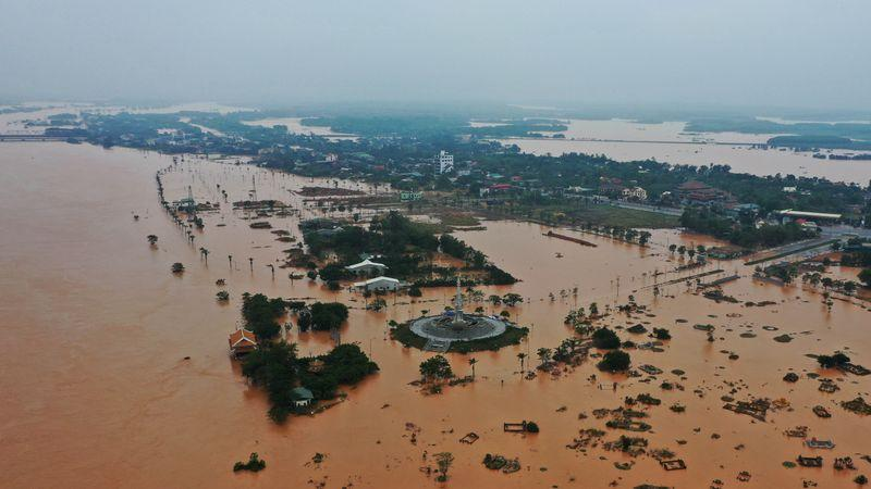 Bad weather hampers Vietnam's search for victims of landslide