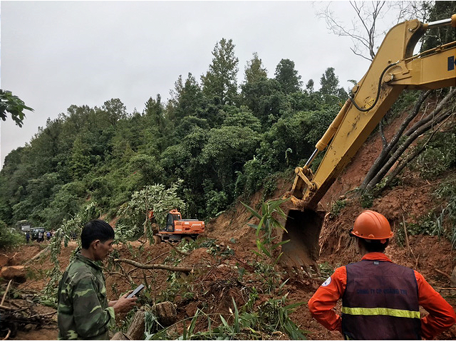 Excavators clear a road for rescuers to reach the site of the landslide in Quang Tri Province, Vietnam, October 18, 2020. Photo: Vietnam News Agency