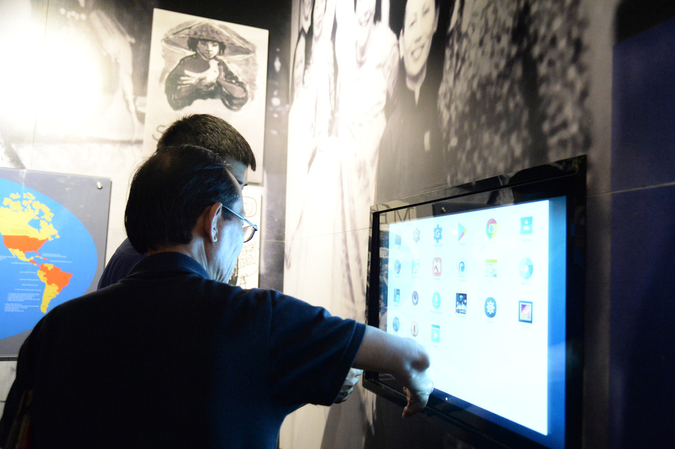 IT specialists process data into the tech system at the Southern Women's Museum. Photo: Tu Trung / Tuoi Tre