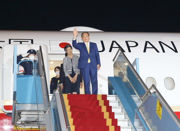 Japanese Prime Minister Yoshihide Suga and his spouse arrive at Noi Bai International Airport in Hanoi, Vietnam, October 18, 2020. Photo: Vietnam News Agency