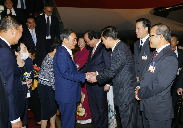 Vietnamese officials welcome Japanese Prime Minister Yoshihide Suga and his spouse at Noi Bai International Airport in Hanoi, Vietnam, October 18, 2020. Photo: Vietnam News Agency