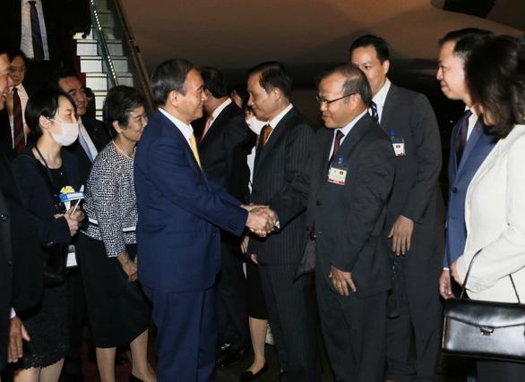 Vu Hong Nam (R), Vietnamese Ambassador to Japan, shakes hands with Japanese Prime Minister Yoshihide Suga and his spouse at Noi Bai International Airport in Hanoi, Vietnam, October 18, 2020. Photo: Vietnam News Agency
