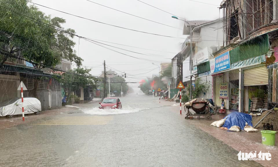 Nguyen Huy Tu Street of Ha Tinh City is under water. Photo: Quy Ngoc / Tuoi Tre