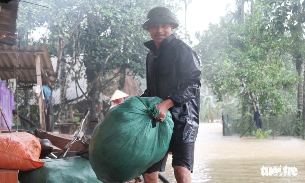 A resident moves his belongings in this photo taken in Ha Tinh Province. Photo: Doan Hoa / Tuoi Tre.