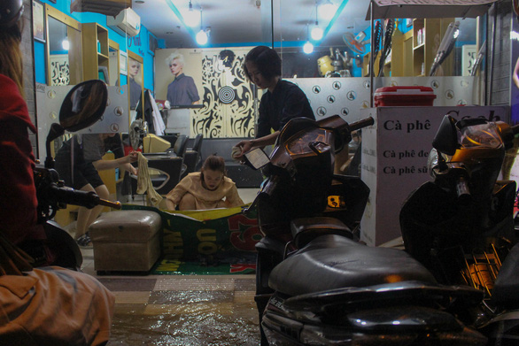 A hairdresser's on Tran Xuan Soan Street of Ho Chi Minh City is flooded. Photo: Kim Ut / Tuoi Tre