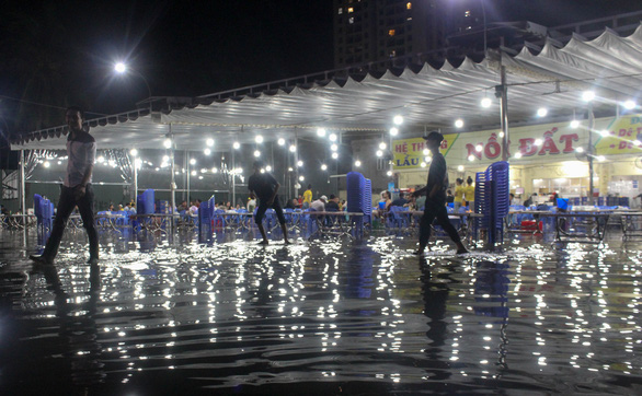 A food stall on Tran Xuan Soan Street of Ho Chi Minh City is flooded. Photo: Kim Ut / Tuoi Tre