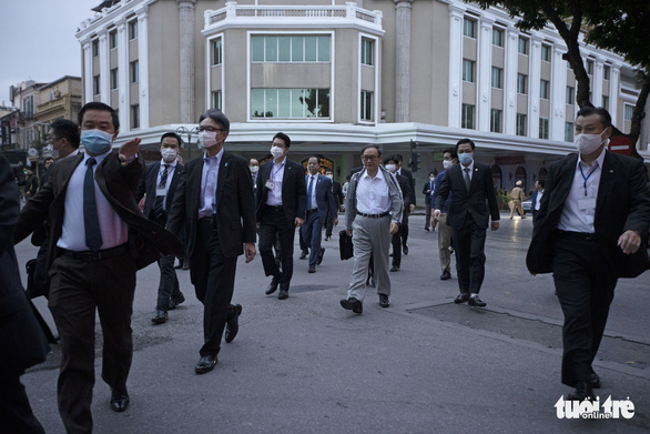 Japanese PM Suga (middle) walks toward Hoan Kiem Lake in this photo taken on October 20. Photo: Viet Dung / Tuoi Tre