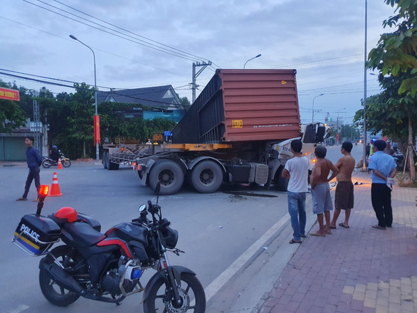 The scene of the container truck accident at Thu Dau Mot City of Binh Duong Province is seen in this photo. Photo: B.S. / Tuoi Tre