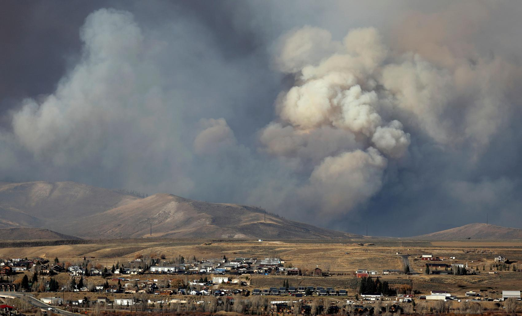 Colorado wildfire jumps U.S. Continental Divide, threatens mountain towns