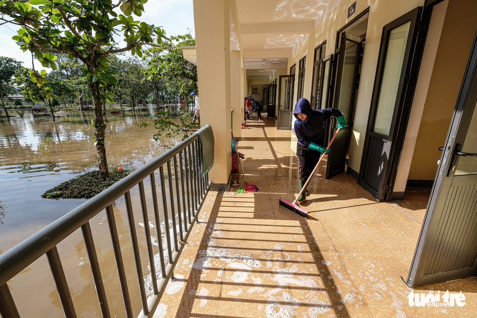 Teachers of Cam Xuyen District in Ha Tinh Province clean up Cam Quang Elementary School. Photo: Nam Tran / Tuoi Tre