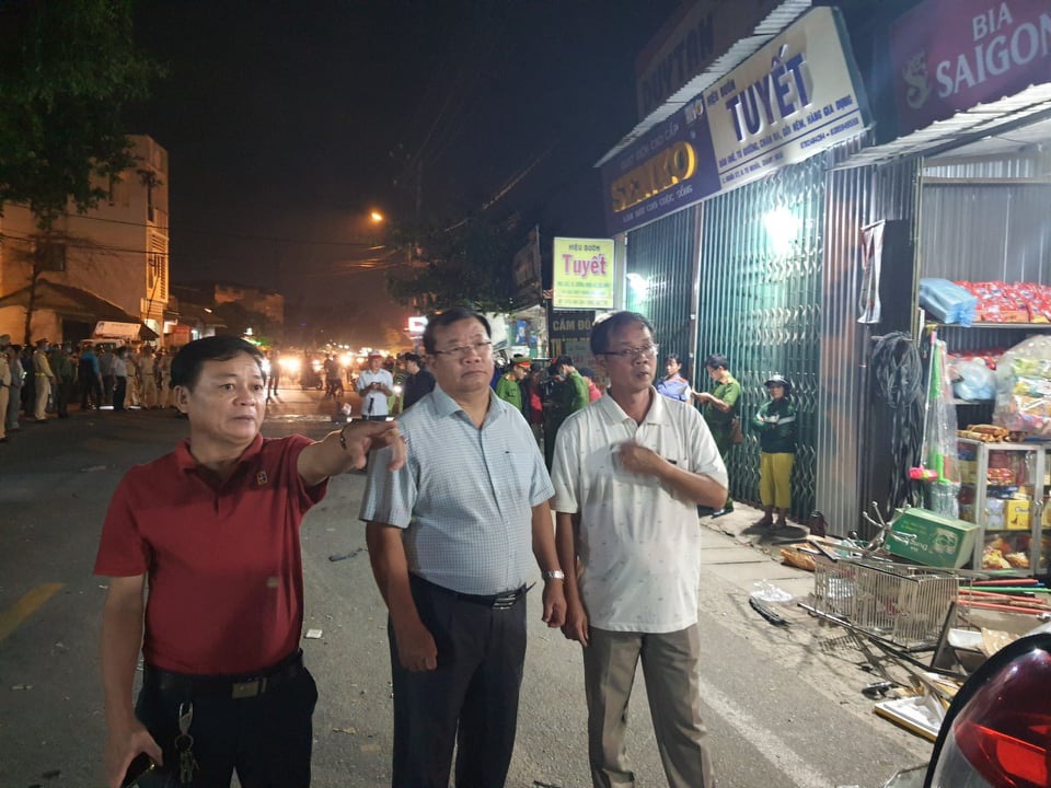 Vice-chairman of the Quang Ngai People's Committee Nguyen Tang Binh (C) arrives at the crash site to direct the investigation on October 24, 2020. Photo: L.D. / Tuoi Tre