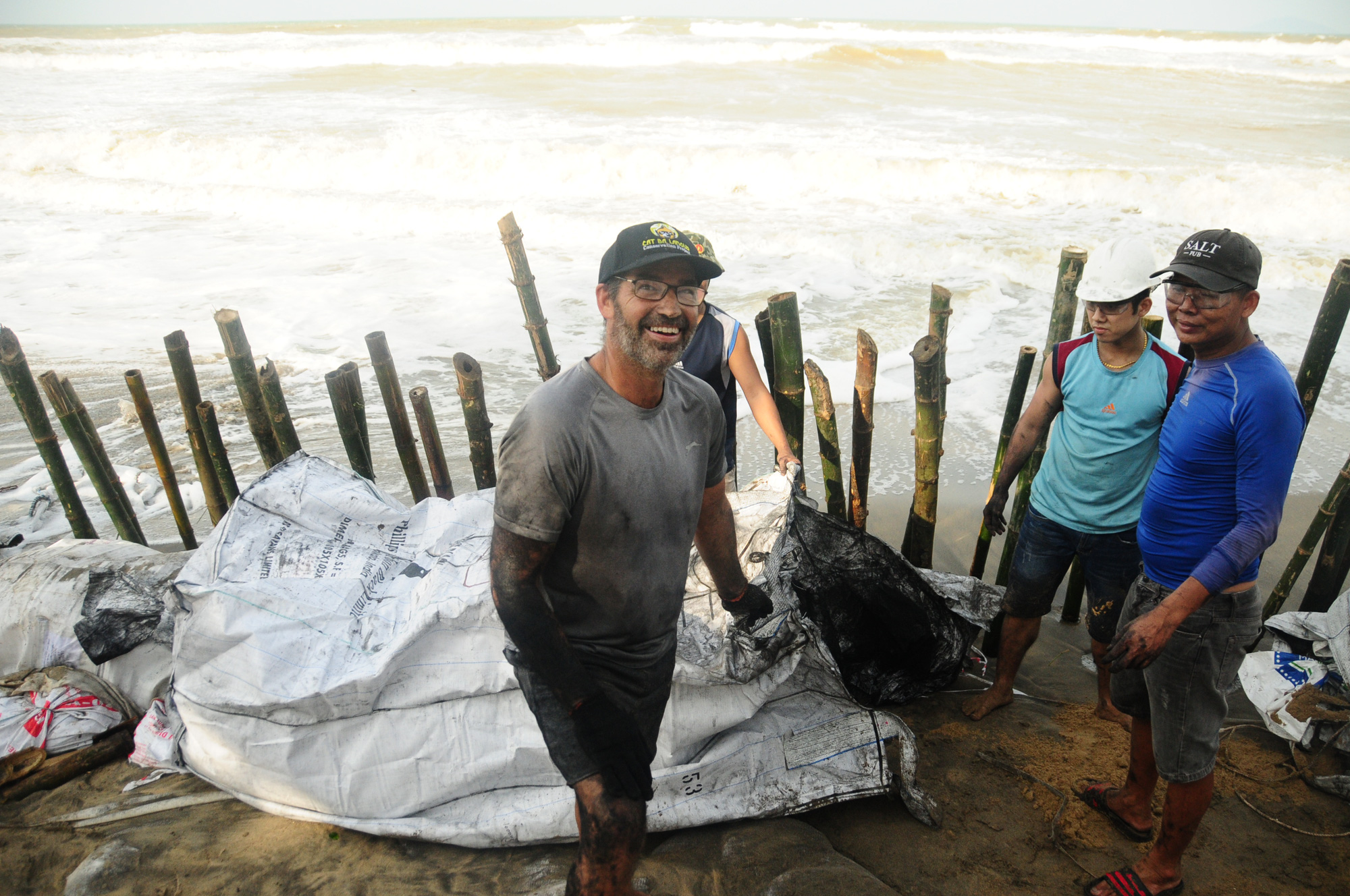 Foreigners help protect beach from extreme waves in Hoi An