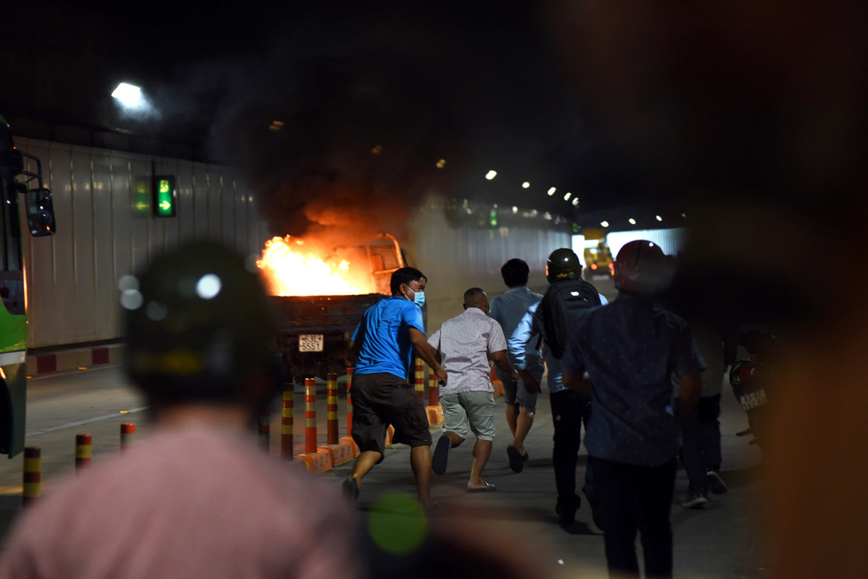 People run away from burning vehicles in a fire drill at the Saigon River Tunnel in Ho Chi Minh City on October 25, 2020. Photo: Duyen Phan / Tuoi Tre