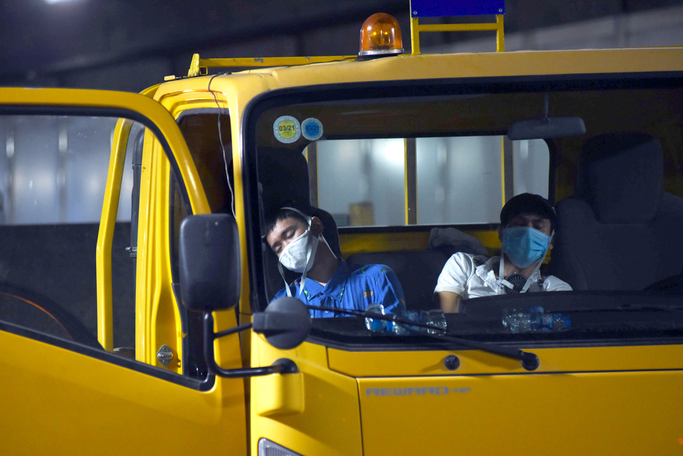 Two men acting as victims faint inside a truck in a fire drill at the Saigon River Tunnel in Ho Chi Minh City on October 25, 2020. Photo: Duyen Phan / Tuoi Tre