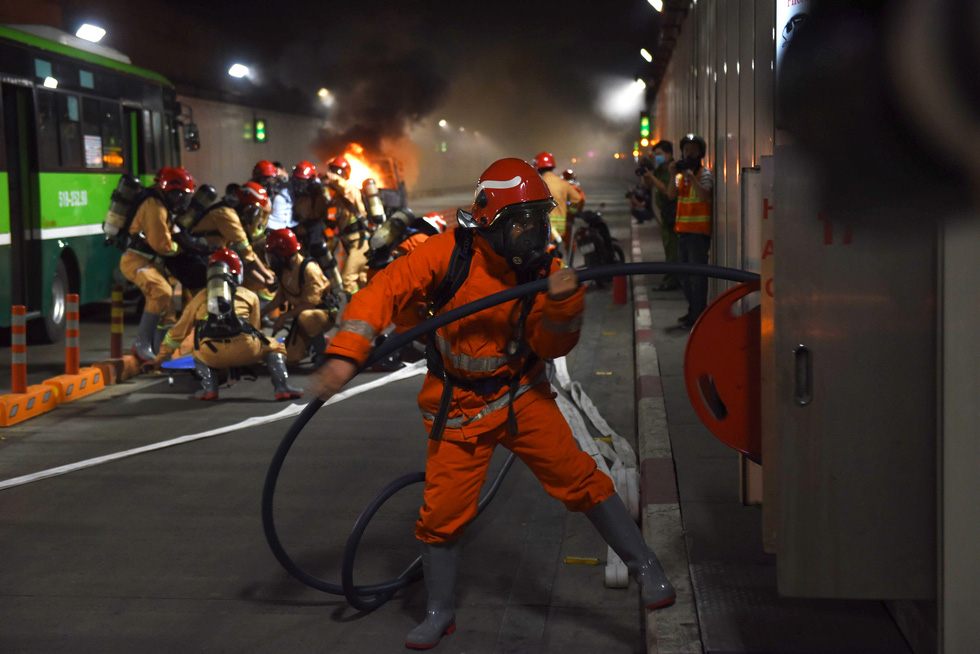 Firefighters participate in a fire drill at the Saigon River Tunnel in Ho Chi Minh City on October 25, 2020. Photo: Duyen Phan / Tuoi Tre
