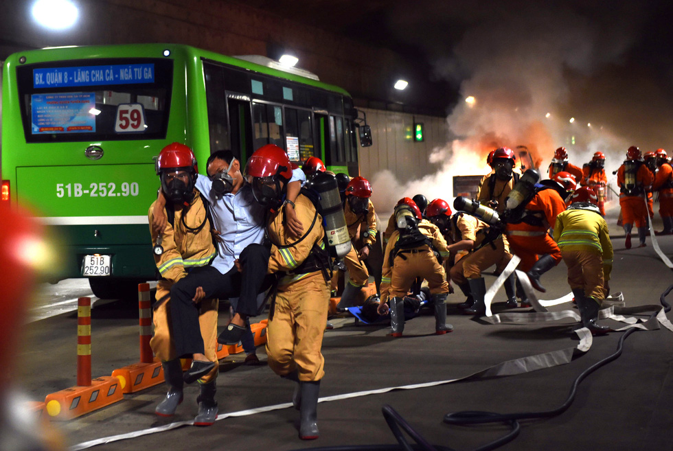 Firefighters rescue a victim during a fire drill at the Saigon River Tunnel in Ho Chi Minh City on October 25, 2020. Photo: Duyen Phan / Tuoi Tre