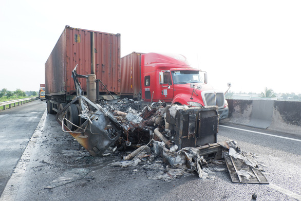 A truck was seen burned down after collision with another container truck. Photo: Son Lam / Tuoi Tre