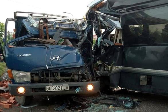 Driver killed in minibus-truck head-on collision in Vietnam