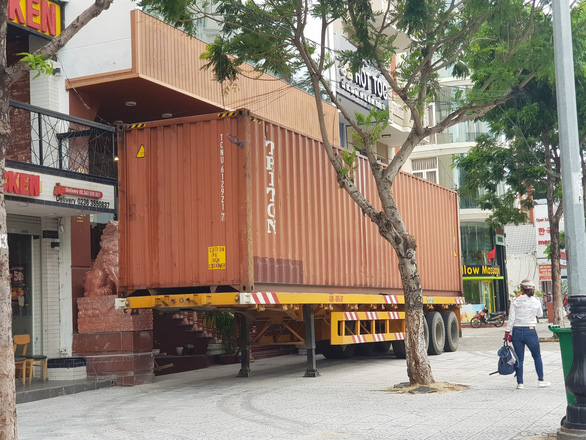 A container truck is mobilized to cover the front of a hotel near the Beach of Da Nang City. Photo: Hai Chau / Tuoi Tre